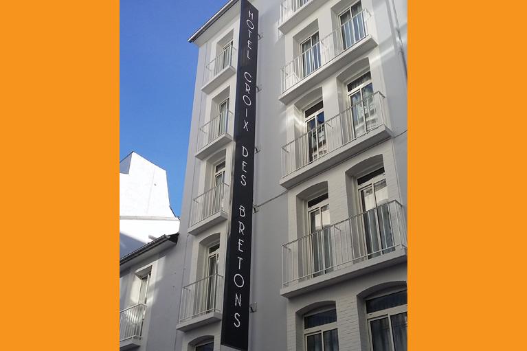 Enseigne verticale de 14m Hôtel-Croix-des-Bretons
