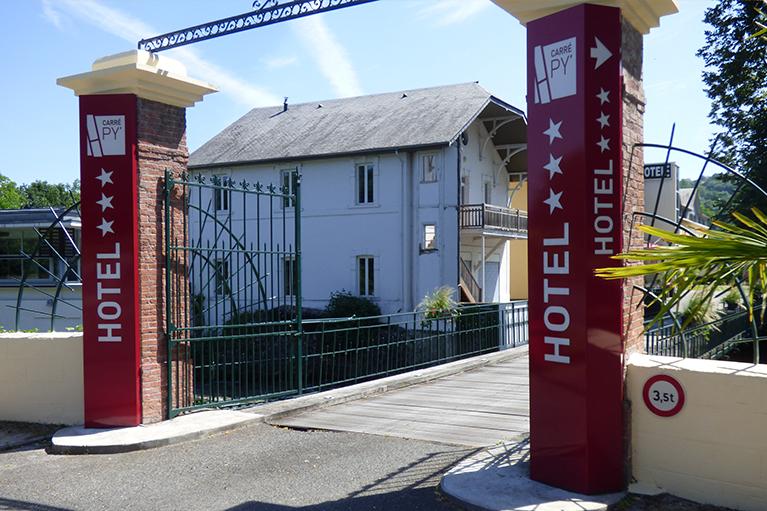 Totem de portail d'hôtel CarrePY