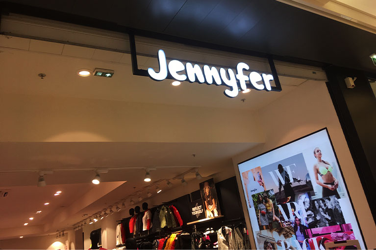 enseigne-lettres-découpées-Jennyfer