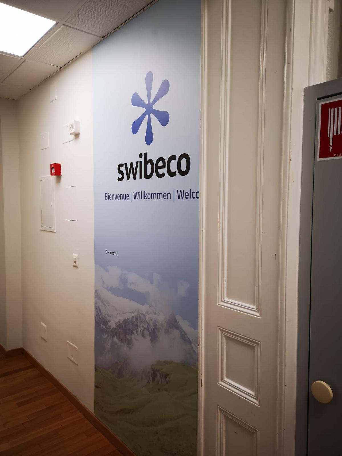 pose adhésif sur mur suisse